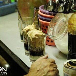Những cốc cà phê bọt độc đáo tại chợ Vinh