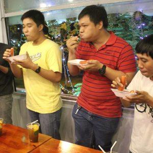 Cuộc thi ăn xúc xích tại một cửa hàng cà phê tại Sài Gòn