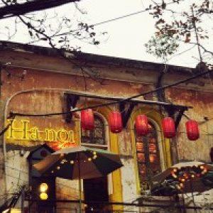 lang-nghe-tieng-chuong-nha-tho-reo-tai-quan-hanoi-house-cafe-2
