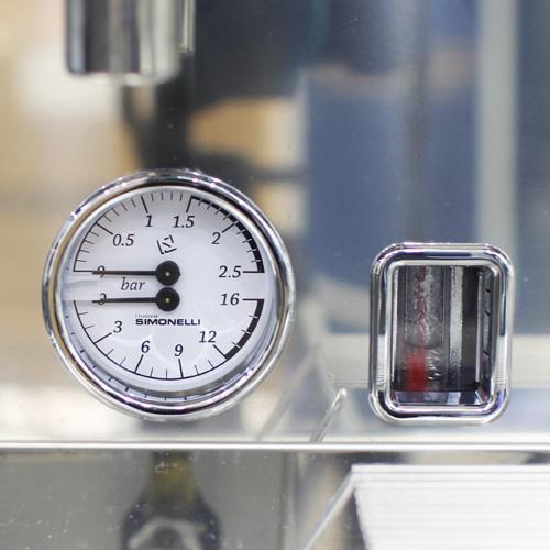 Đồng hồ hiển thị kép cho phép các barista kiểm soát tất cảmọithao tác pha chế.