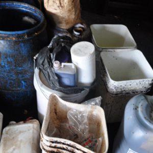 Dụng cụ, hóa chất độc hại để chế biến cà phê bẩn.