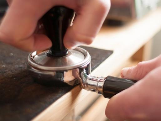 Nén cà phê đủ lực không quá chặt, không quá nhẹ