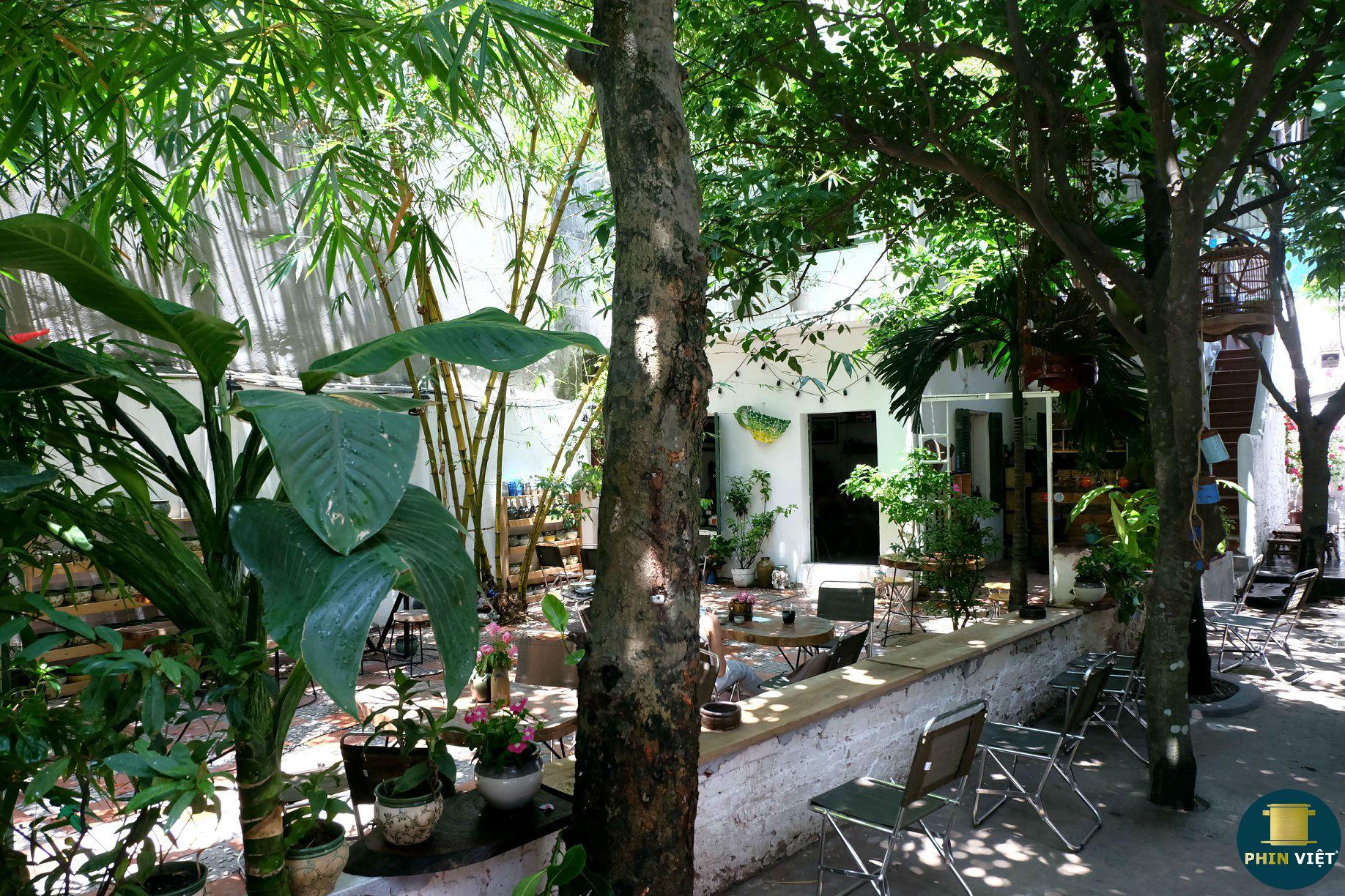 Không gian sân vườn xanh ngát tại quán Ơ Kìa Hà Nội