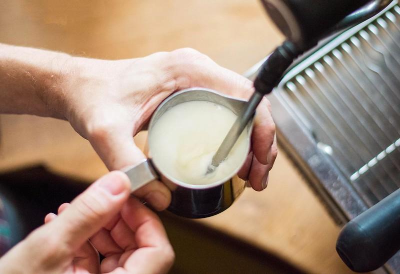Cách đánh sữa cho cafe Cappucino và Latte.